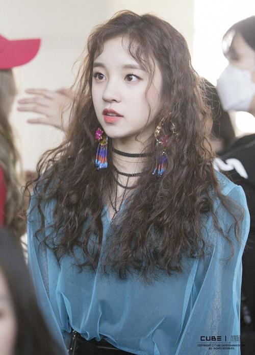 Nhắc đến tóc xoăn mì tôm, không thể nào bỏ qua em út đáng yêu của G-idle. Từ ngày ra mắt với ca khúc Latala (2017) và đến mới nhất là Lion (2019), Yuqi vẫn luôn trung thành với kiểu tóc này.
