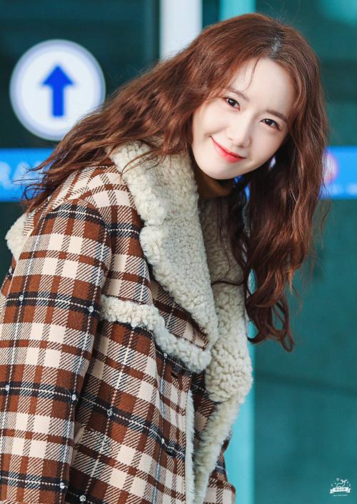 Idol 13 năm kinh nghiệm, SNSD Yoona quá trẻ trung với mái tóc ngang vai kiểu xoăn sợi mì.