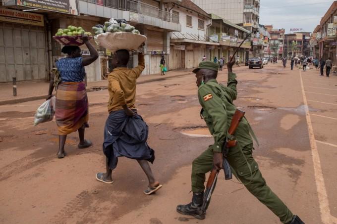 """<p class=""""Normal"""">Một sĩ quan cảnh sát đánhngười phụ nữ bán cam trên đường ở Kampala, Uganda vì không tuân thủ lệnh phong tỏa củaTổng thống Uganda Yoweri Museveni.Lệnh yêu cầungười dân ở nhà trong 32 ngày, bắt đầu từ 22/3 nhằm ngăn chặn sự lây lan củaCovid-19.</p>  <p class=""""Normal"""">Các nhà chức trách ở Uganda xác nhận 14 ca nhiễm nCoV. Tất cả biên giới bị đóng cửa, ngoại trừ các chuyến hàng hóa giới hạn được lưu thông và các chuyến bay khẩn cấp được chính quyền cho phép.</p>"""