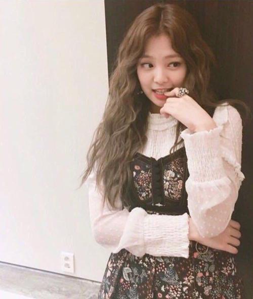 Jennie có gương mặt bầu bĩnh, đường nét trẻ trung. Trong lần hiếm hoi để tóc xoăn mì tôm, nhan sắc của Jennie vẫn có nét high teen, lại trông trưởng thành hơn hẳn.
