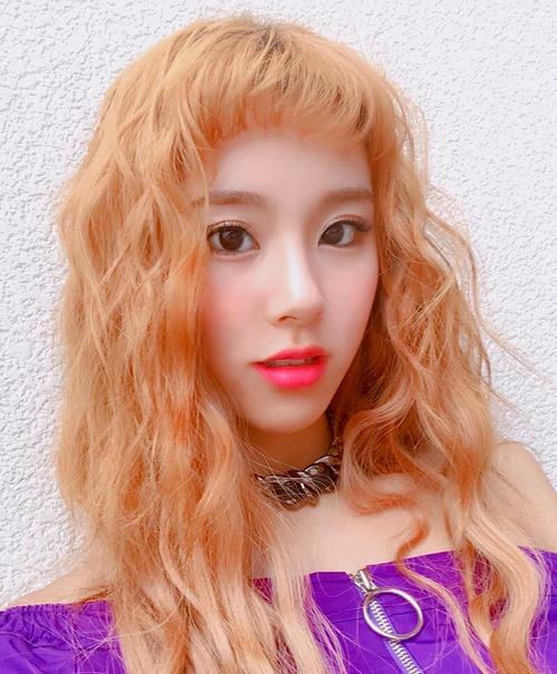 nên tóc xoăn mì tôm có nhuộm cam rực rỡ đến mấy cũng không sao dìm được nhan sắc của Chaeyoung.