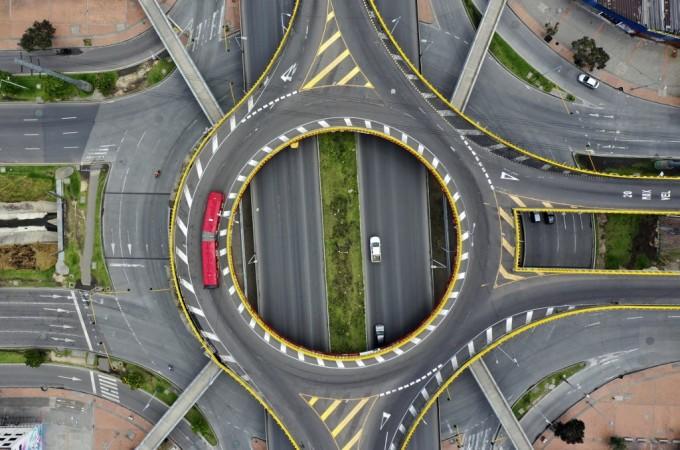 """<p class=""""Normal"""">Ảnh chụptừ trên cao cho thấy các đường phố ở Bogota gần như trống vắng, khi chính phủ Colombia ra lệnh phong tỏa.Tổng thống Colombia Ivan Duque tuyên bố áp đặt lệnh cách ly trên cả nước từ 25/3 đến 13/4 như một biện pháp chống lại sự lây lan của Covid-19.<br /> </p>"""