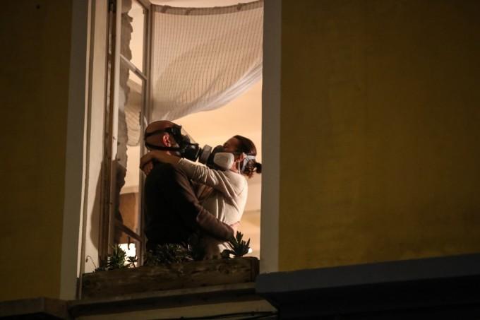 """<p class=""""Normal"""">Một cặp đôi hôn nhau qua mặt nạ phòng độc bên cửa sổ, giữa một tràng vỗ tay lúc 8h tốiđể cổ vũ nhân viên y tế ở French Riviera hôm 24/3 -ngày thứ támPháp phong tỏa cả nước.</p>"""