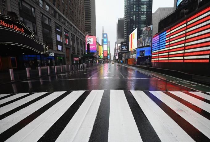 """<p class=""""Normal"""">Bức ảnh chụp hôm 23/3 cho thấy Quảng trường Thời đại -một địa điểm ở thành phố New York, Mỹ lúc nào cũng tấp nập - naygần như không một bóng người.</p>  <p class=""""Normal"""">Phố Wall -con phố tài chính lớn nhất nước Mỹ -sụp đổ vào đầu ngày 23/3 khi Quốc hội thay đổi gói kích thích lớn, trong khi FED công bố các chương trình khẩn cấp mới để thúc đẩy nền kinh tế bao gồm việc mua trái phiếu không giới hạn.</p>"""