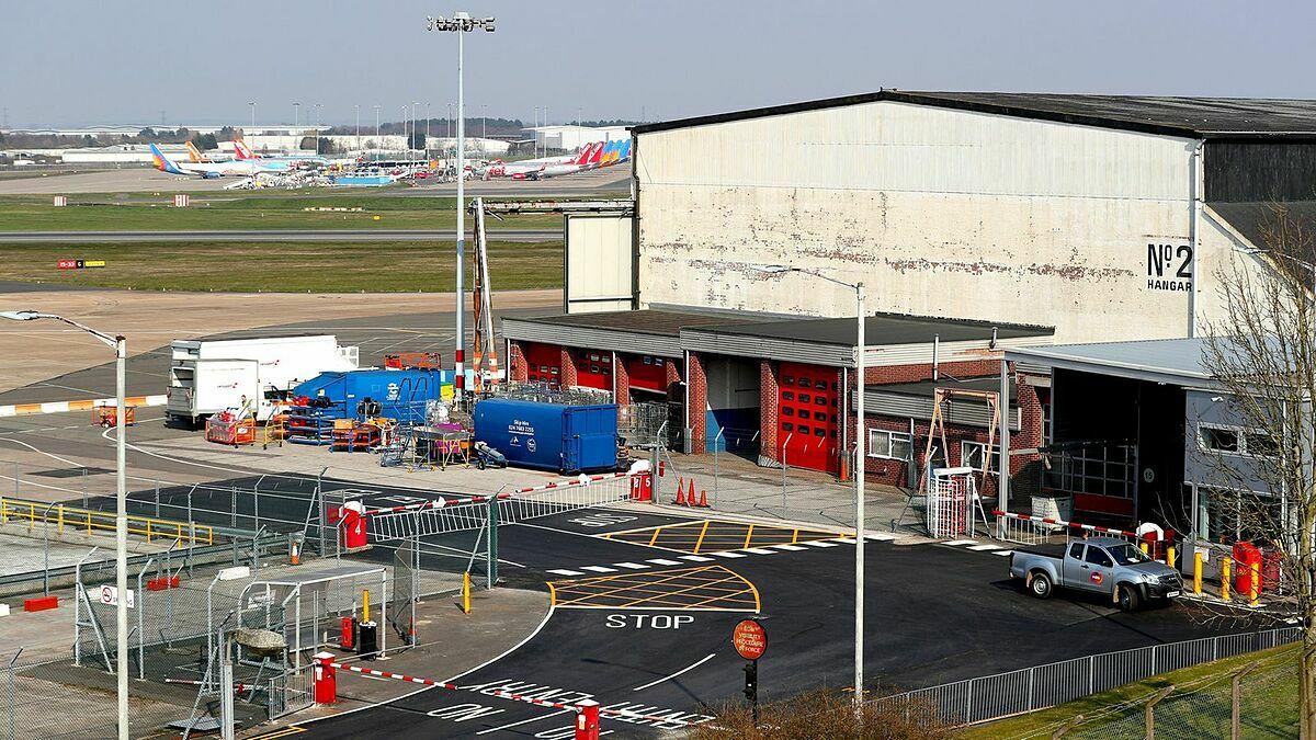 Hoạt động cải tạo chuyển đổi thành nhà xác tạm thời tại Sân bay Birmingham.