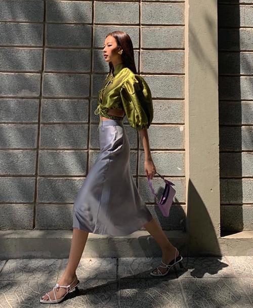 Phí Phương Anh chọn túi xách gam tím để theo trend nhưng không bị quá kén.