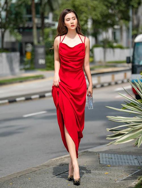 Huyền Lizzie sang chảnh trên phố với chiếc váy lụa đỏ nổi bật, tôn lên làn da trắng.