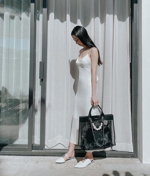 Jun Vũ tận hưởng kỳ nghỉ ở khu resort với cây đồ trắng mỏng manh đúng phong cách tiểu thư.