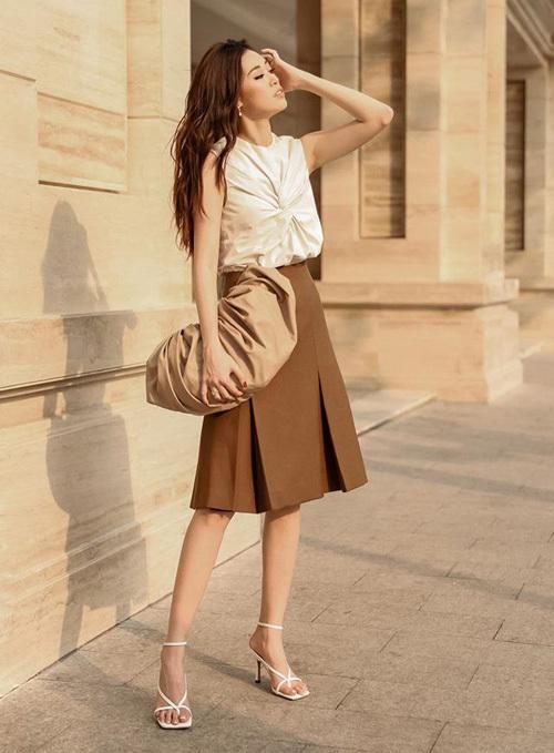Hoa hậu Khánh Vân cũng diện sandals mũi vuông. Cô phối cả cây trắng - nâu tạo phong cách thanh lịch.