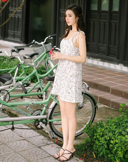 Quỳnh Kool diện váy hai dây hoa mát mẻ cho ngày đầu hè. Đôi sandals mũi vuông như nữ diễn viên đang diện là hot trend năm nay.