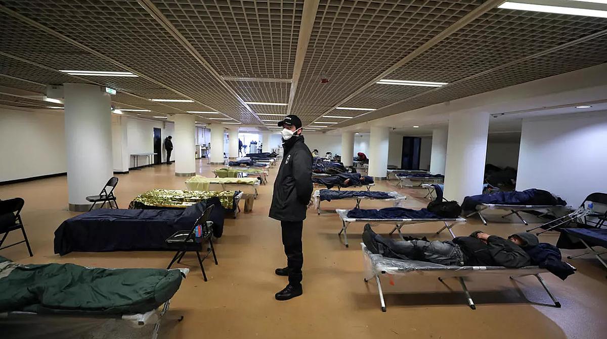 Tòa nhà Palais des Festival, nơi đón tiếp hàng ngàn ngôi sao trên thảm đỏ Cannes, tạm thời được trưng dụng để chăm sóc cộng đồng vô gia cư trong Covid-19. Ảnh: Reuters.