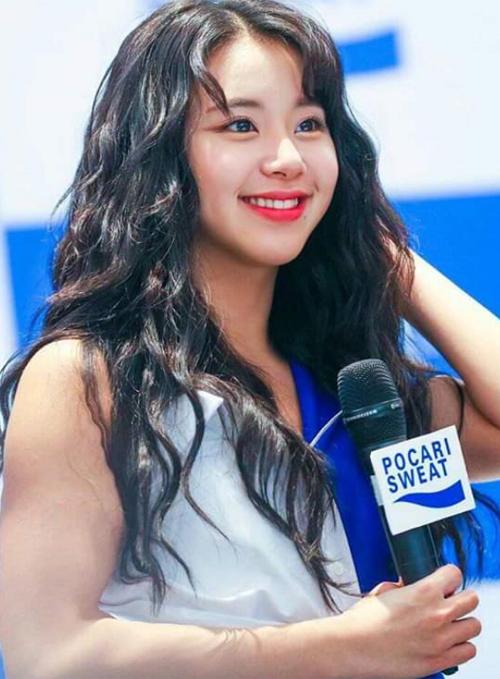 Là thành viên có thể để mọi kiểu tóc, nên tóc xoăn mì tôm có nhuộm cam rực rỡ đến mấy cũng không sao dìm được nhan sắc của Chaeyoung.