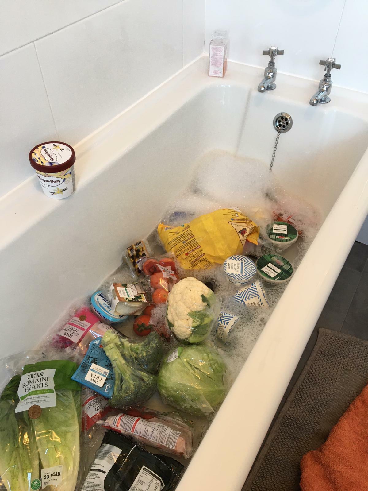 Bức ảnh tắm xà phòng cho thực phẩm trên Twitter củaEvie Lancaster.