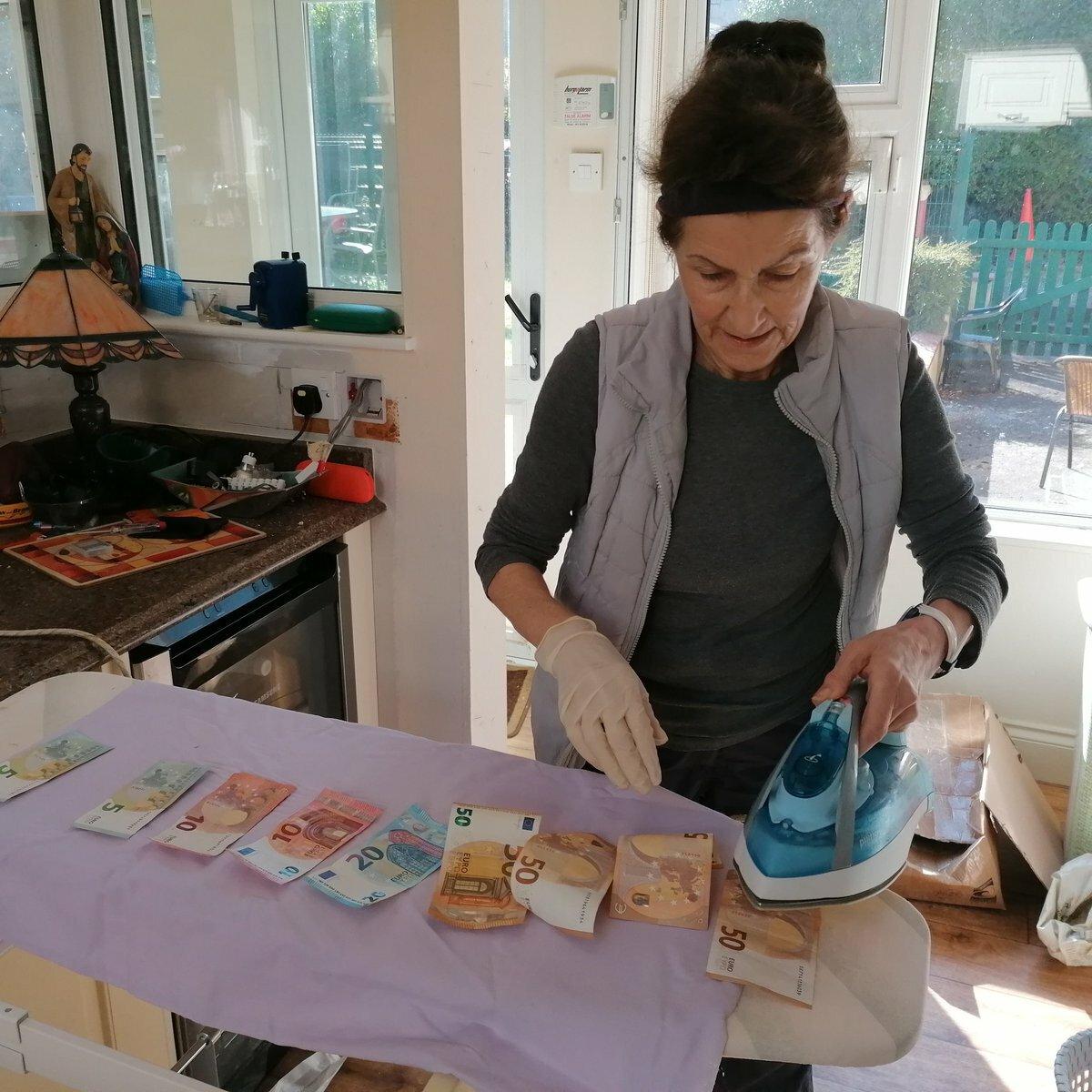 Một người khác bình luận kèm theo hình ảnh mẹ cô dùng bàn là làm sạch các tờ tiền để phòng ngừa virus.