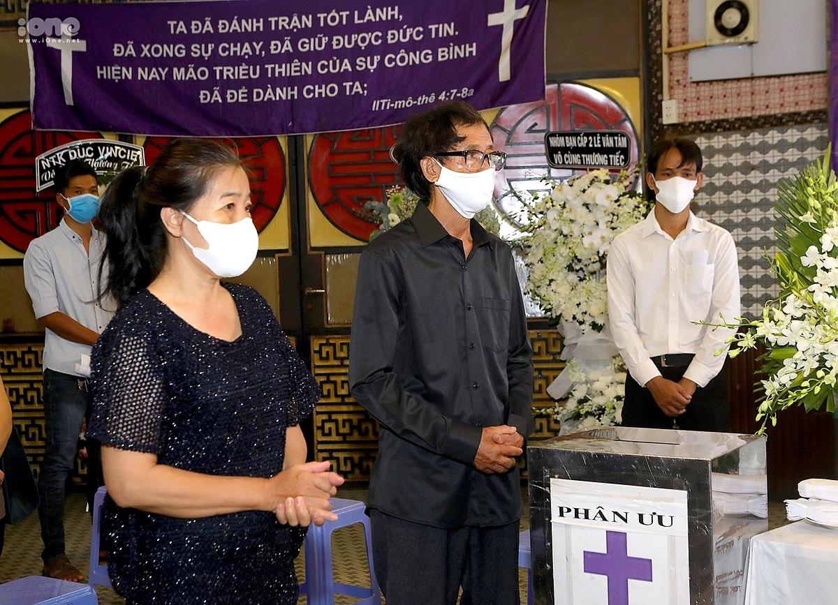 Cha mẹ Mai Phương thất thần trong tang lễ con gái. Dịch bệnh nên gia đình mong muốn tang lễ diễn ra đơn giản, hạn chế người tới viếng.