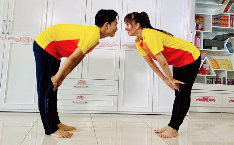 Vợ chồng Khánh Thi - Phan Hiển mặc đồ đôi, tập thể dục tại nhà.