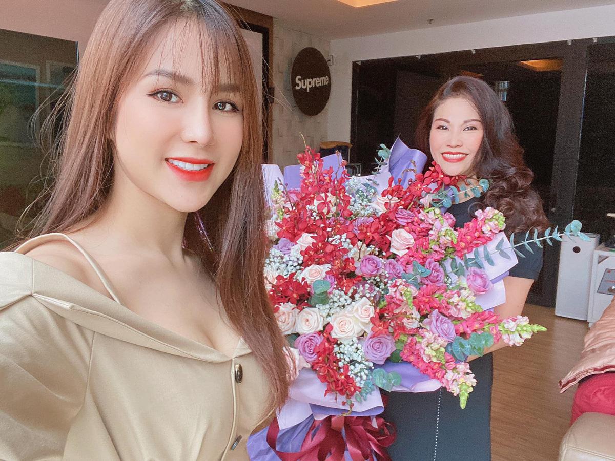 Diệp Lâm Anh tổ chức sinh nhật tuổi 50 cho mẹ tại nhà.