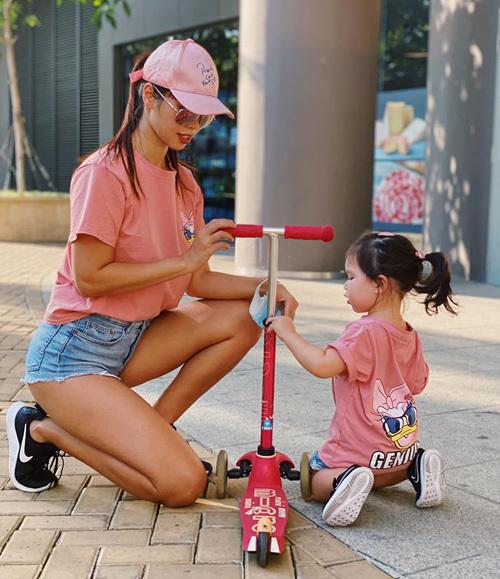 Hà Anh mặc áo đôi cùng con gái.