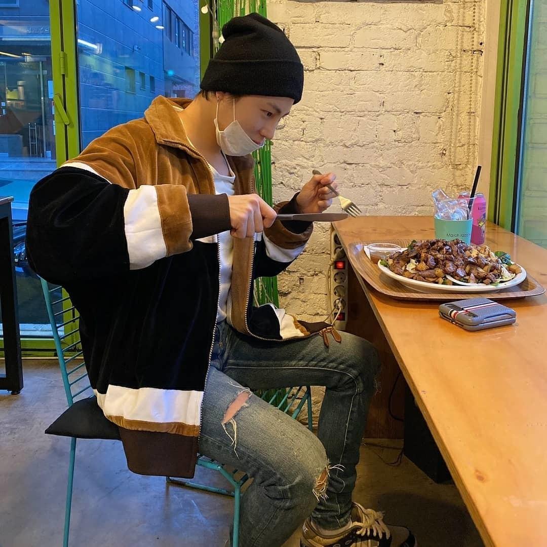 Ha Sung Woon tay dao tay nĩa sẵn sàng đánh chén đĩa đồ ăn đầy ú ụ.