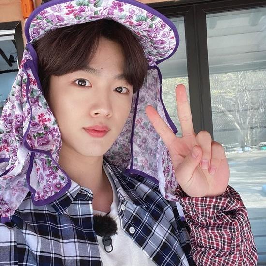 Kim Yo Han đội mũ chống nắng hoa lá cành như các ajumma.