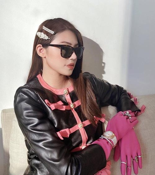 Hoa hậu Jolie Nguyễn khiến fan thích thú khi chia sẻ hình ảnh chanh sả chụp tại gia. Trong bức ảnh, nàng rich kid mặc set đồ màu đen hồng với áo da, găng tay đậm chất cổ điển.