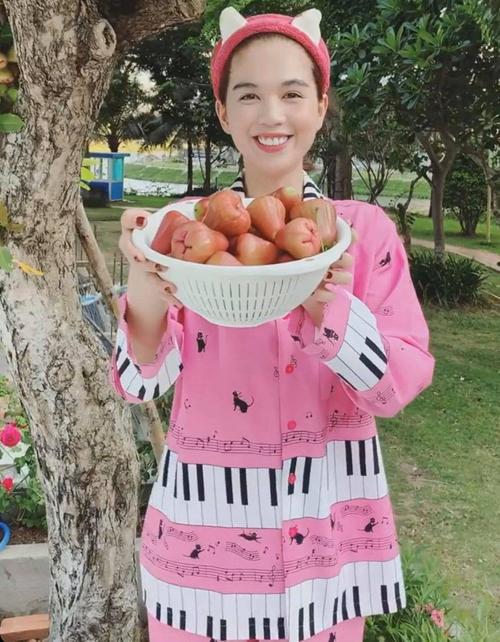 Pyjama màu hồng, hình in nhí nhảnh được Ngọc Trinh lựa chọn trong những ngày ở nhà. Chân dài còn có cả lố bờm tóc bằng bông để giữ mái tóc được gọn gàng, mát mẻ.