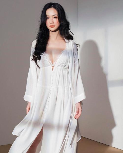 Nội y ren nửa kín nửa hở cũng được Jun Vũ yêu thích để khoe thềm ngực gợi cảm.