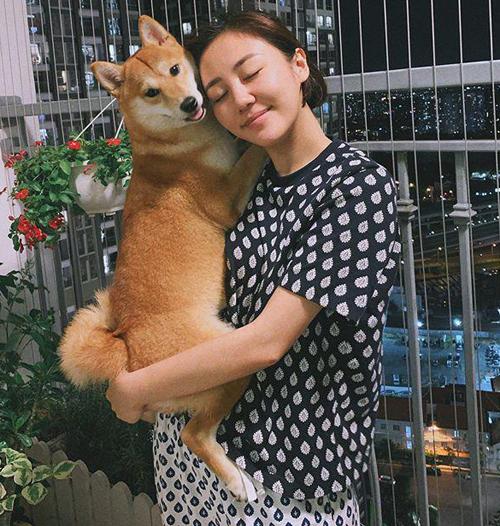 Văn Mai Hương để mặt mộc chụp hình khi ở nhà mùa dịch. Bộ cánh của cô nàng cũng rất đơn giản, áo quần lệch tông.