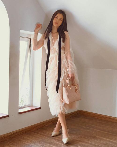 Chỉ với bức tường trắng và khung cửa sổ, bà xã Ông Cao Thắng cũng có những bức hình cực chất.