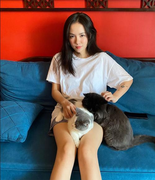 Phương Ly chọn một chiếc áo thun trắng kết hợp quần shorts khi ở nhà để gọn gàng, dễ hoạt động nhất.