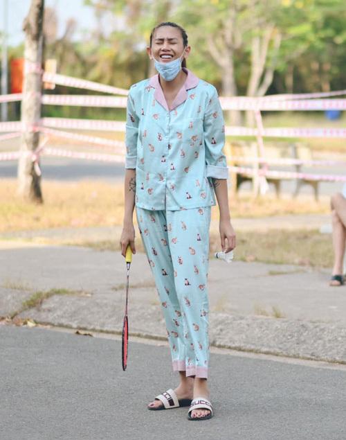 Trong khu cách ly, Võ Hoàng Yến thường xuyên diện pyjama. Cô diện nhiều bộ cánh trông lịch sự nhưng vẫn đủ độ cute.