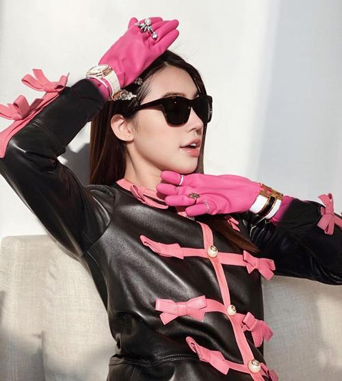 Điều thú vị trong bức hình của cô nàng là đôi găng tay chất liệu cao su, vốn được dùng để rửa bát. Hoa hậu tiết lộ, cô mua món đồ này giá chỉ 50k.