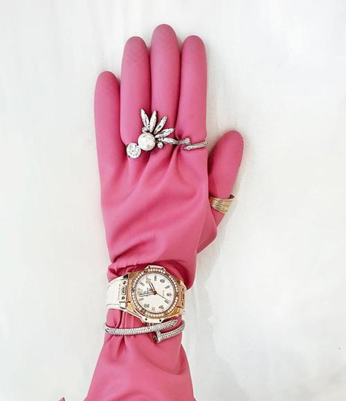 Khi được thêm thắt bằng trang sức, đồng hồ và vòng tay hàng hiệu, đôi găng cao su trông sang chảnh chẳng khác gì đồ đắt đỏ.