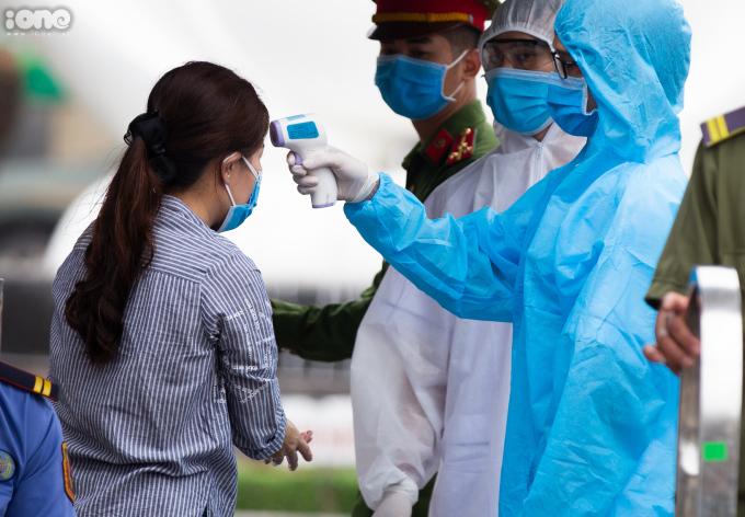 """<p class=""""Normal""""><span>Tại cổng chính nằm trên đường Giải Phóng, bệnh việnlậpchốt kiểm tra thân nhiệt và yêu cầu sát khuẩn tay với những người ra vào làm nhiệm vụ.</span></p>"""