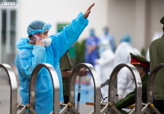 """<p class=""""Normal""""><span>Sau khi thực hiện cách ly toàn bệnh viện,các bác sĩ không đượcphép rời khỏi bệnh viện.</span></p>"""