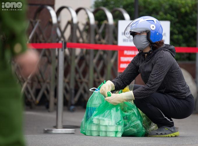 <p>Chị Thủy (ở đường Hoàng Đạo Thúy,Hà Nội) đang sắp xếp lại túi đồ để đưa cho lực lượng chức năng,mang vào cho em gái đang làm y tá trong bệnh viện.</p>