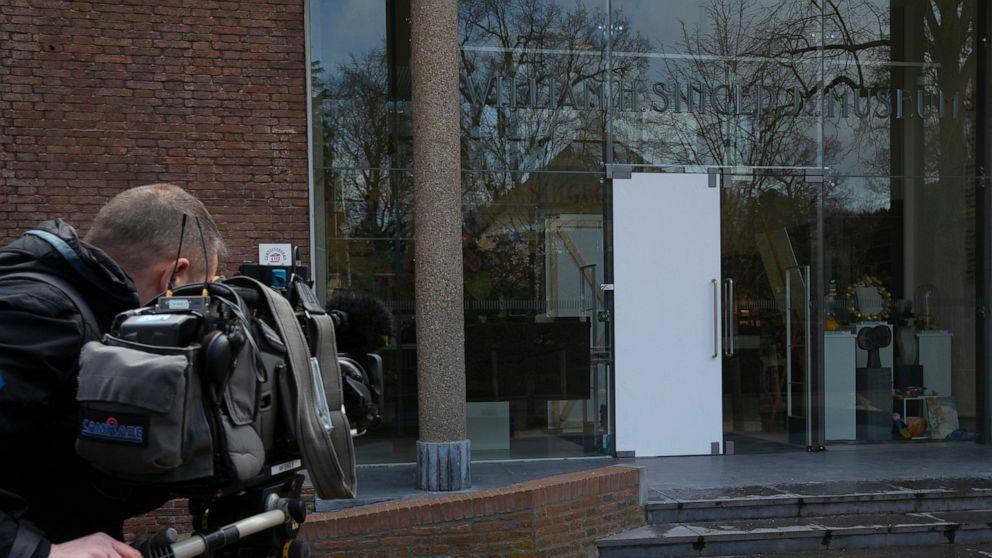 Cửa kính bảo tàng đã bị bọn trộm phá hỏng. Ảnh: AP.