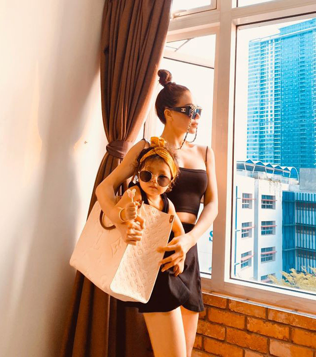 Ô cửa sổ nhìn ra thành phố được Trà Ngọc Hằng tận dụng để pose hình. Cô cũng khéo chọn lúc nắng xuống, gương mặt không bị gắt mà đổ bóng trông rất nghệ thuật.