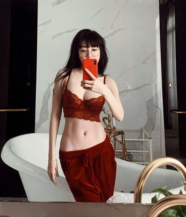 Chiếc gương trong phòng tắm là điểm pose hình quen thuộc của Elly Trần, đặc biệt khi cô muốn khoe vóc dáng gợi cảm.