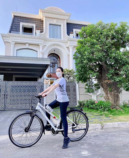 Bảo Thy khoe đạp xe giữ sức khỏe nhưng fan chú ý hơn cả đến căn biệt thự như lâu đài của cô và chồng.