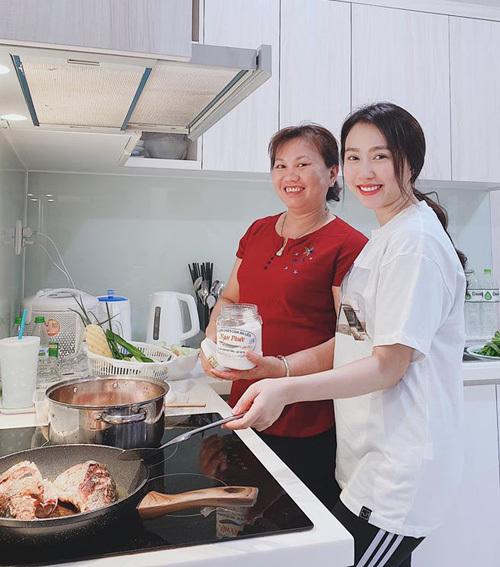 Huỳnh Hồng Loan khoe vào bếp để sau lấy chồng, fan lập tức gọi tên Tiến Linh.