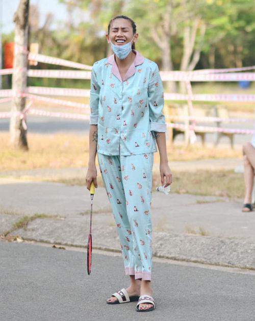 Trong thời gian cách ly tập trung ở Bình Dương, Võ Hoàng Yến được yêu mến vì giữ hình ảnh gần gũi, vui vẻ. Cô chuộng mặc những bộ pyjama lịch sự, đáng yêu với mức giá bình dân, kết hợp cùng đôi dép của Gucci.