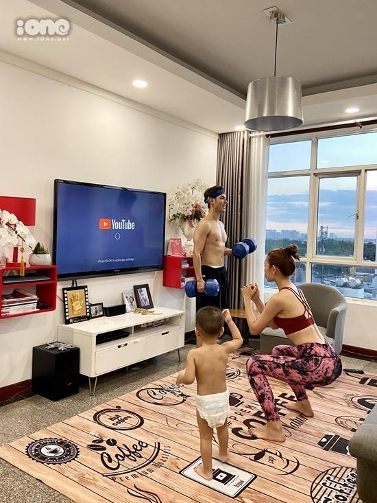 Jay Quân và Chúng Huyền Thanh tự tập thể dục tại nhà. Họ nói đây là cách khiến cơ thể không bị ì ạch, tăng cân. Tập thể dục cũng là cách để tăng cường sức đề kháng mùa dịch, nam diễn viên chia sẻ.