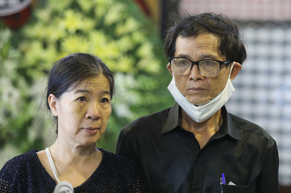 Bố mẹ của Mai Phương ở tang lễ.