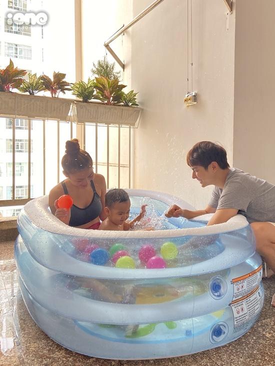 Cả gia đình vui đùa trong bể bơi phao. Công việc bận rộn, cặp vợ chồng hiếm có thời gian bên Joyce. Mùa dịch là cơ hội để họ gần gũi, hòa nhập hơn với cuộc sống của con.