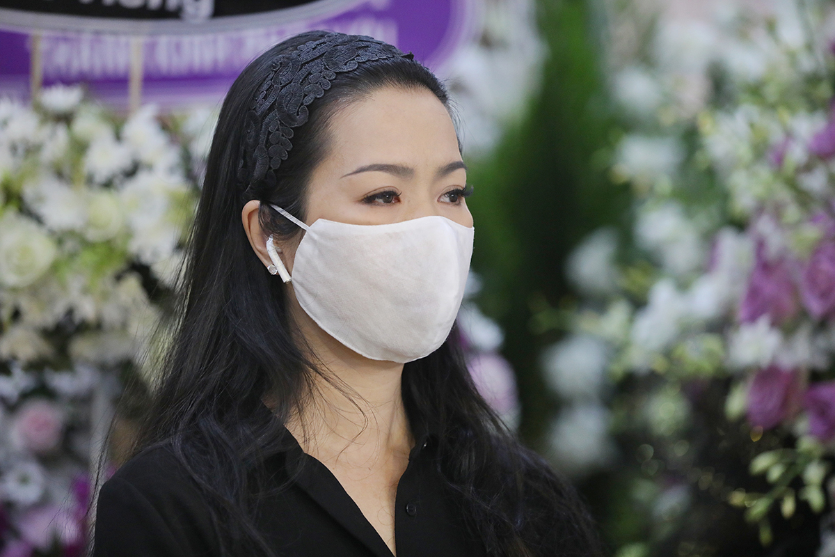 Lễ mai táng diễn ra trầm buồn bởi không có nhiều nghệ sĩ, đồng nghiệp trong giới tới đưa tiễn được vì lý do tránh dịch bệnh lây lann. Một số người
