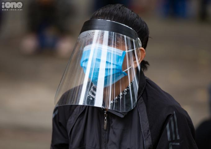 """<p class=""""Normal"""">Một người dân đến xét nghiệm trang bị đầy đủ khẩu trang, nón kính bảo hộ<span>ngăn giọt bắn.</span></p>"""