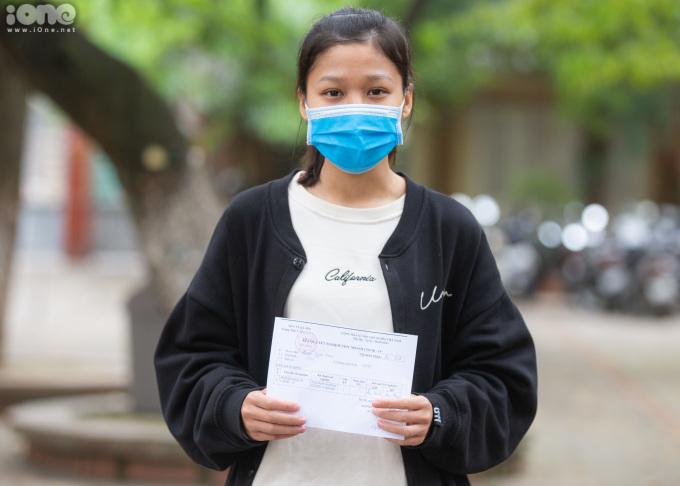 """<p>Bạn QuánNgọc Mai (Phương Mai - Đống Đa): """"Mình đến bệnh viện Bạch Mai vào ngày 20/3 nên cũng lo lắng, giờ cầm kết quả trên tay khiến mình đã an tâm hơn phần nào"""".</p>"""
