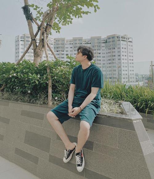 Trịnh Thăng Bình cũng xuống trước cửa nhà để hóng gió, chụp hình.