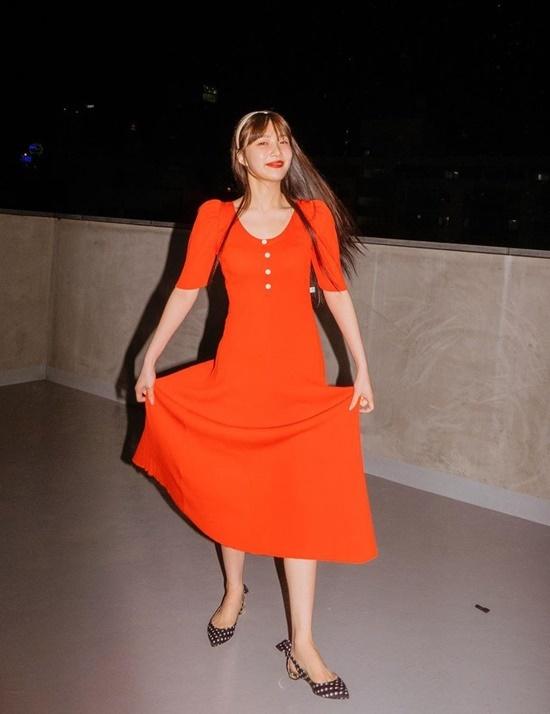 Joy rạng rỡ khoe nét đẹp cổ điển với váy đỏ, giày chấm bi và bờm tóc.